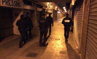 Dans la galerie marchande du quartier Pissevin, où des tirs à l'arme automatique ont eu lieu, à Nîmes. Le préfet s'est rendu sur place le 11 février.