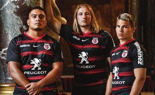 Selevasio Tolofua, Alban Placines et Antoine Dupont avec le maillot domicile du Stade Toulousain 2020-2021.