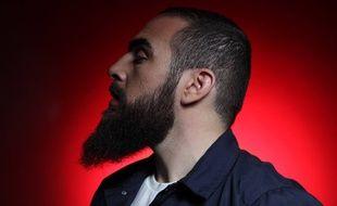 Le rappeur du Havre  Médine est le premier artiste français à avoir sorti son album par surprise sur les plateformes de téléchargement légal le 25 mai 2015