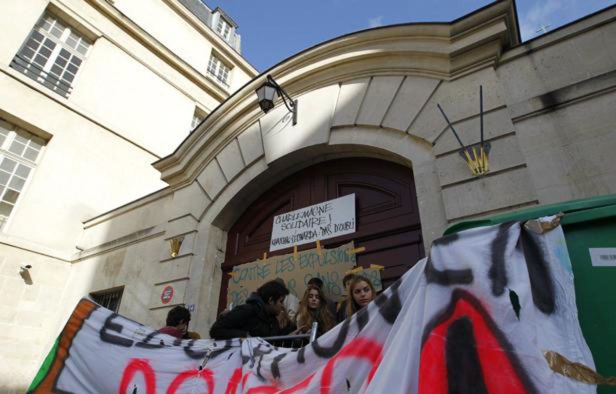 Des élèves du lycée Charlemagne à Paris bloquent l'entrée pour réclamer l'arrêt des expulsions des élèves scolarisés le 17 octobre 2013. – V. WARTNER / 20 MINUTES