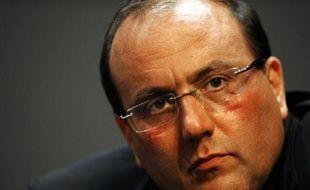 """Le député PS de l'Essonne Julien Dray a déposé une plainte pour """"violation du secret professionnel"""" et menace de citer en justice des journaux et sites internet qu'il accuse de """"propager des propos diffamatoires"""", a-t-on appris mercredi auprès de ses avocats."""
