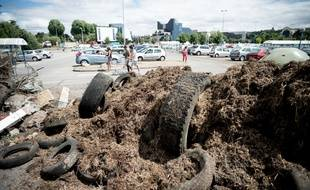 Des éleveurs ont déversé des pneus et du fumier sur le parking d'un supermarché à Evreux (Eure), le 21 juillet 2015.