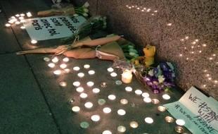 Des bougies devant le consulat de San Francisco, en hommage aux victimes des attaques terroristes du 13 novembre 2015.