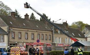 Des pompiers et des policiers arrivent sur les lieux d'une explosion à Nonancourt, dans l'Eure, le 23 avril 2016