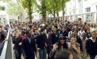 """Ils rient, chantent, hurlent, sautent sur place et pleurent de joie: les jeunes acteurs du film """"Entre les murs"""" ont été portés en triomphe, à leur retour de Cannes lundi, par leurs camarades du collège Françoise-Dolto à Paris."""
