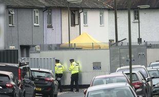 Des policiers devant une maison perquisitionnée le 17 septembre 2017 à Sunbury-on-Thames (Angleterre) dans le cadre de l'enquête sur l'attentat du métro à Londres survenu le 15 septembre