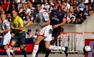 L'attaquant du PSG Mevlut Erding contre le Lillois Adil Rami, le 30 août 2009.