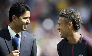 Neymar et le président Nasser Al-Khelaïfi, lors de la présentation du nouveau joueur du PSG, le 5 août 2017.