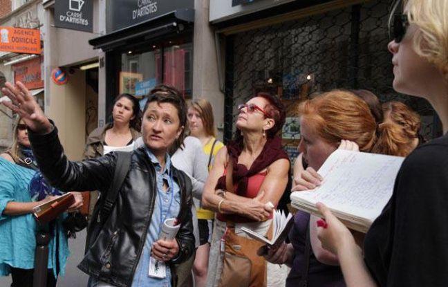La guide Sophie Monbeig et un groupe d'étudiants américains, dans les rues de Montmartre à Paris, en août 2012
