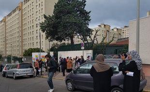 Des mamans d'élèves ont manifesté devant l'école de la cité du Racati