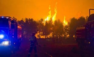 Durant la nuit du 13 et 14 juillet un feu de foret tres important sur la commune de Chateauneuf-les-Martigues, les flammes ont parcouru 150 hectares de pinede et de pins maritimes. Plus de 280 pompiers et 80 engins ont ete envoyes sur place. (Bouches-du-Rhône, Var et Vaucluse) ont lutte contre l'incendie toute la nuit.