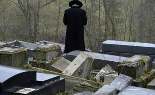 Un membre de la communauté juive constate, le 17 février 2015, les dégâts dans le cimetière juif de Sarre-Union où environs 300 tombes ont été vandalisées