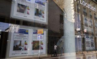 Illustration d'annonces dans une agence immobilière.