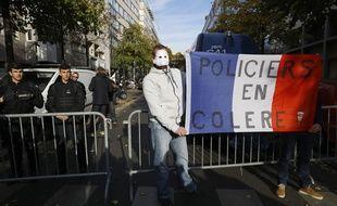 Des policiers ont manifesté leur soutien à leur collègue Guillaume, convoqué par l'IGPN à Paris, le 3 novembre 2016.