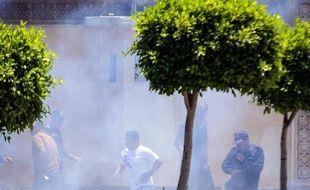 Des passants au Caire juste après les explosions devant le palais présidentiel, le 30 juin 2014