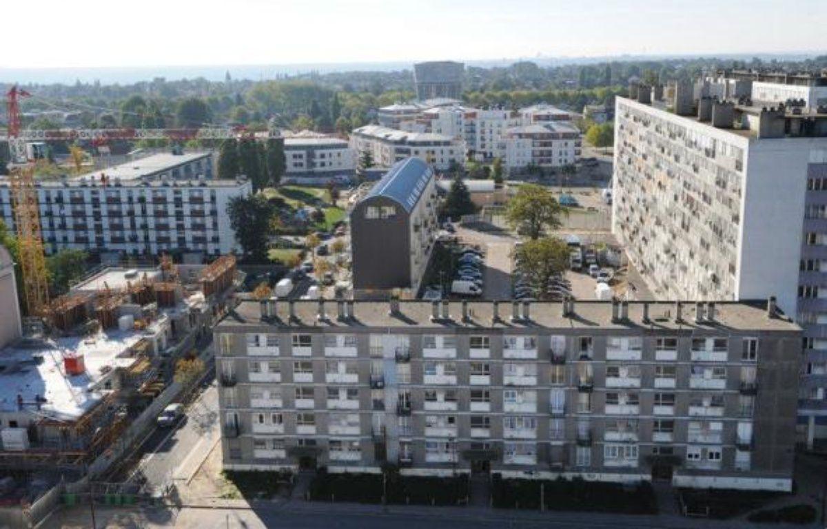 Un nourrisson de 9 mois est décédé et quatre personnes, dont deux pompiers, ont été blessées dans l'incendie accidentel d'une tour vétuste à Montfermeil (Seine-Saint-Denis), quartier emblématique de la rénovation urbaine. – Bertrand Guay afp.com
