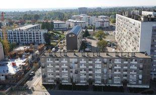 Un nourrisson de 9 mois est décédé et quatre personnes, dont deux pompiers, ont été blessées dans l'incendie accidentel d'une tour vétuste à Montfermeil (Seine-Saint-Denis), quartier emblématique de la rénovation urbaine.
