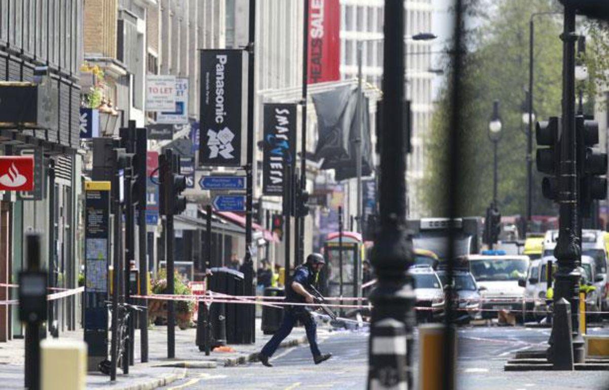 Un policier dans le centre-ville de Londres pendant une prise d'otages, le 27 avril 2012 à Londres. – Luke MacGregor/REUTERS