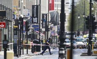 Un policier dans le centre-ville de Londres pendant une prise d'otages, le 27 avril 2012 à Londres.