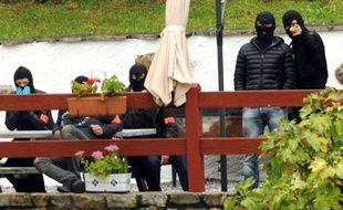 Des policiers français de l'unité antiterroriste du  RAID et de la DGSI montent la garde à l'extérieur d'une villa d'Orerreka, le 22 septembre 2015, lors de l'arrestation de deux chefs présumés de l'organisation séparatiste basque espagnole ETA