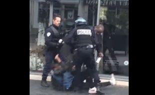 Une vidéo montrant un policier frapper un jeune homme a été publiée sur YouTube ce 24 mars 2016.
