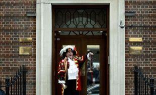 Le crieur Tony Appleton annonce la naissance  de la fille de Kate et William devant la Lindo Wing, de l'hôpital St. Mary à Londres le 2 mai 2015.