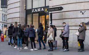 File d'attente devant un magasin à Lyon, le 28 novembre 2020.