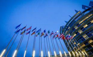 Illustration du bâtiment du Parlement européen à Strasbourg avec des drapeaux des Etats européens