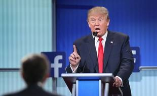 Donald Trump lors du premier débat de la primaire républicaine, en août 2015, devant un logo Facebook.