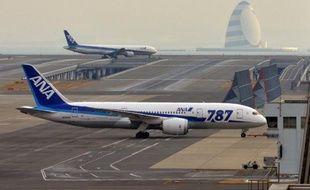 Les Boeing 787 de la compagnie aérienne japonaise All Nippon Airways (ANA) resteront immobilisés au moins jusqu'à fin mai, ce qui a contraint le plus gros client de cet avion à annuler lundi plus de 1.700 vols supplémentaires en avril et mai.
