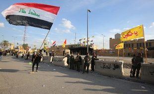 Les forces de sécurité irakiennes sont déployées devant l'ambassade des États-Unis à Bagdad, la capitale, après un ordre de la force paramilitaire du Hachd al-Chaabi aux partisans de quitter le complexe le 1er janvier 2020.