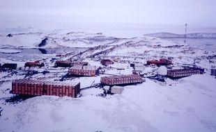 Photo aérienne non datée de la base française Dumont d'Urville dans le district de Terre Adélie en Antarctique.