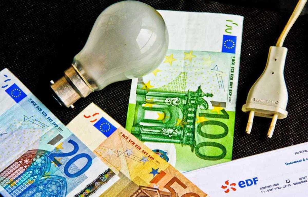 Une facture EDF avec des billets de banque – GILE MICHEL/SIPA
