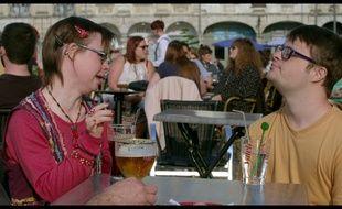 Eléonore et Robin discutent sur une terrasse à Arras, dans le documentaire J'irai décrocher la lune qui espère faire changer le regard de la société sur la différence.