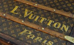 Ses sacs se vendent partout et on ne présente plus son logo LV, célèbre à Paris, New York, Dubaï ou Shanghai: Louis Vuitton est la première marque de luxe au monde, un mastodonte dont les ventes frisent les 7,5 milliards d'euros.