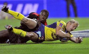 Le Clermontois Brent Russel marque un essai malgré la pression du Toulousain Yves Dongy, le 6 septembre 2009.