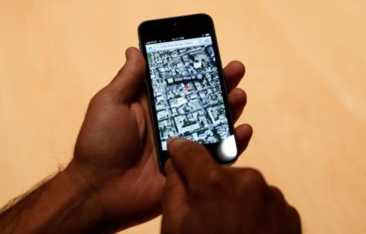 L'iPhone 5, sous iOS 6, propose un système de cartographie maison. – B.DIEFENBACH/REUTERS
