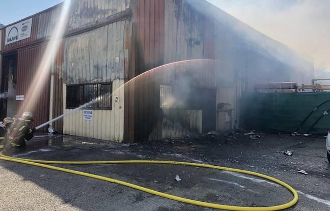 Le propriétaire et un employé de cette entreprise de stockage de moteurs de bateaux ont dû être évacués par les pompiers.