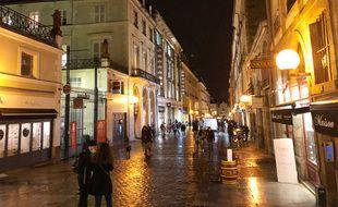 La rue Le Bastard est la principale artère commerçante de Rennes. Ici photographiée de nuit au début du confinement.