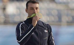 Denis Gargaud et sa médaille d'or sur le podium des JO le 9 août 2016.