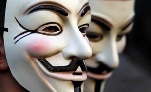 Le masque de Guy Fawkes, popularisé par le film V for Vendetta, a été adopté comme symbole par le mouvement Anonymous.