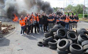 Les dockers bloquent le port de Cheviré à Nantes ce jeudi matin.