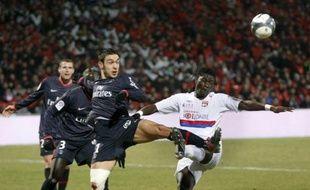 Le parisien Mevlut Erding et le lyonnais Bafé Gomis se disputent le ballon à Lyon, le 21 janvier 2010.