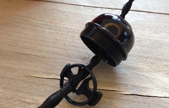 Enfilez la douille, puis l'arrêt de traction sur le câble.