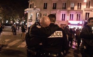 14 novembre 2015, deux policiers en larmes rue de la Fontaine au Roi.