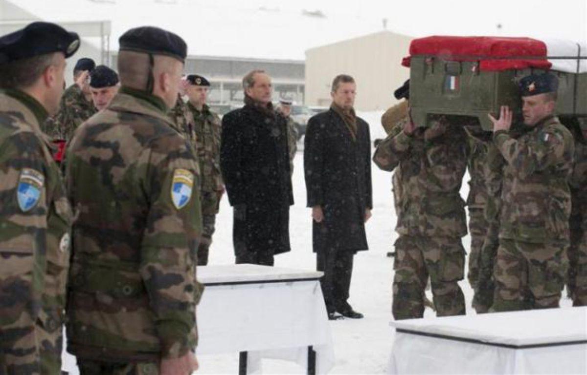 Le ministre de la Défense Gérard Longuet rend hommage aux quatre soldats français tués vendredi en Afghanistan, le 22 janvier 2012, sur la base militaire de Kaia. – REUTERS/ ECPAD/ Ghislain Mariette/ Handout