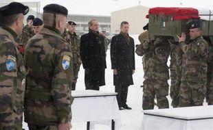 Le ministre de la Défense Gérard Longuet rend hommage aux quatre soldats français tués vendredi en Afghanistan, le 22 janvier 2012, sur la base militaire de Kaia.