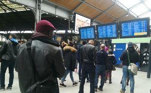 Les passagers patientent sur les quais de la gare Saint-Lazarre.