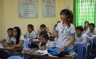 Une lycéenne cambodgienne répond à une question d'un professeur sur l'histoire des Khmers rouges dans un lycée privé de Phnom Penh, le 8 août 2014