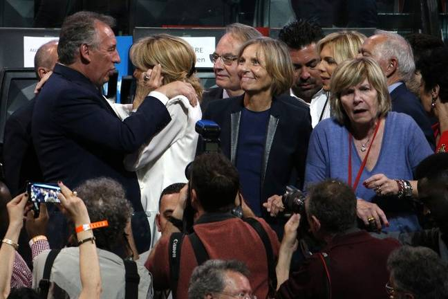 Mimi Marchand aux côtés des MoDem François Bayrou et Marielle de Sarnez à un meeting d'Emmanuel Macron le 17 avril 2017, avant le premier tour de la présidentielle, à Paris.